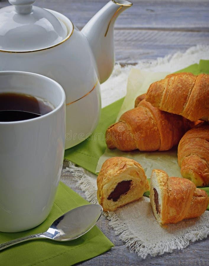 Croissant coupé en tranches avec du chocolat Plan rapproché déjeuner photographie stock