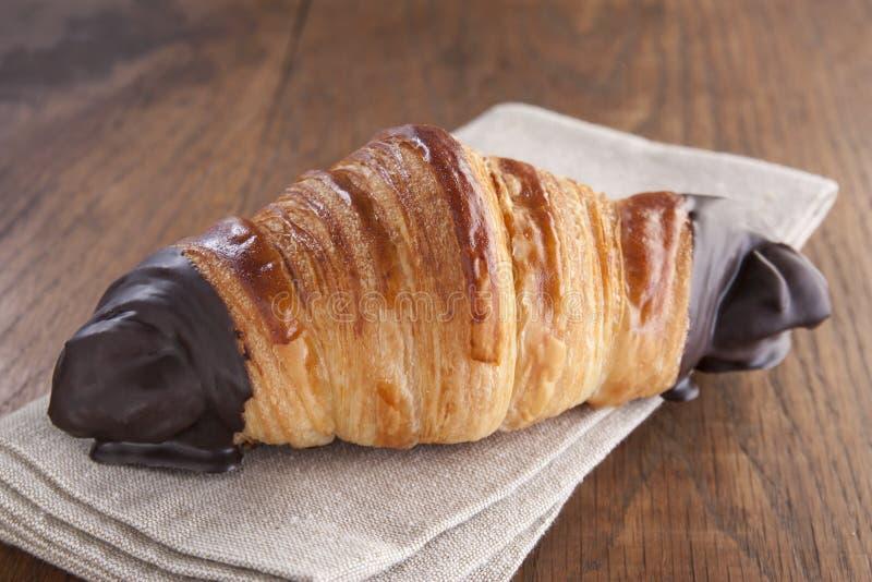 Croissant de chocolat sur la table rustique photographie stock