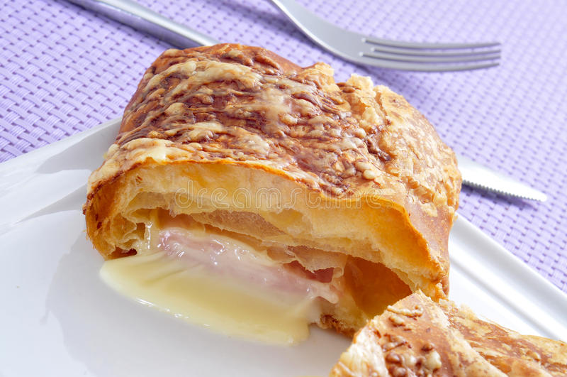 Croissant de jambon et de fromage image stock