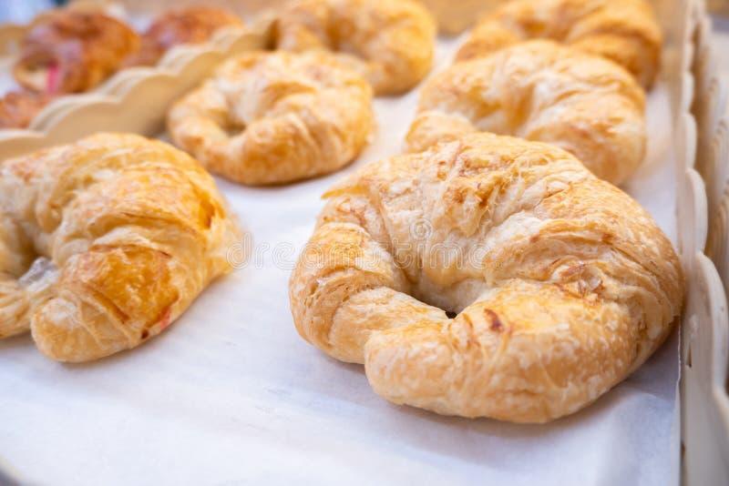 Croissant di recente al forno sul vassoio bollente - chiuda su immagine stock