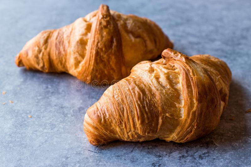 Croissant di recente al forno sulla superficie del blu fotografia stock