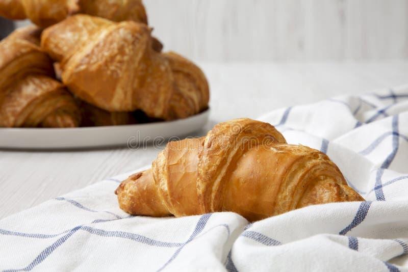 Croissant di recente al forno, vista laterale closeup immagine stock