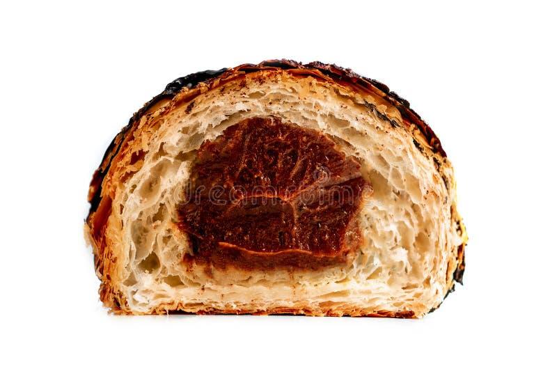 Croissant diviso in due Croissant fresco che riempie di cioccolato cutted fotografia stock
