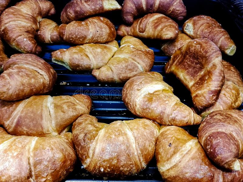 Croissant dla sprzedaży przy ciastem zdjęcia royalty free