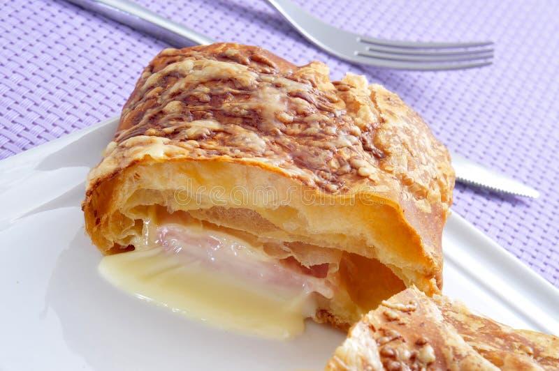 Croissant do presunto e do queijo imagem de stock