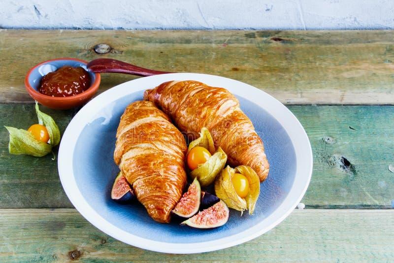 Croissant, doce e fruto imagem de stock