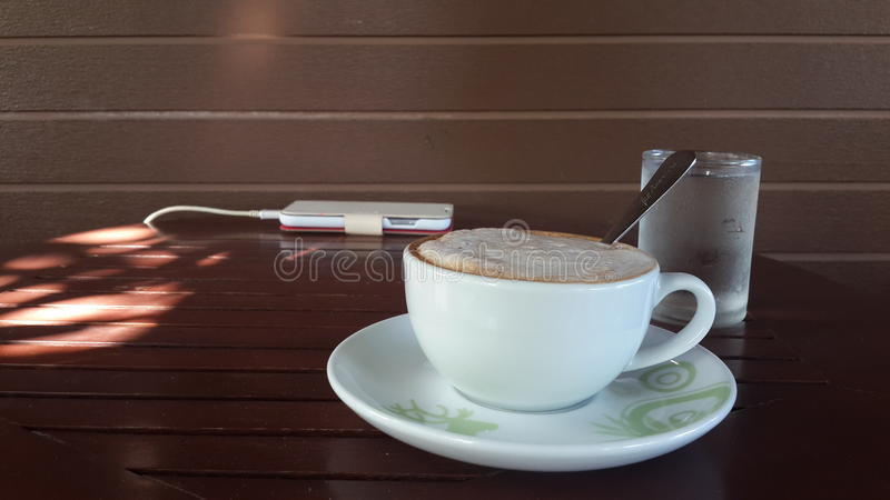 Croissant doux et une cuvette de café à l'arrière-plan photo stock