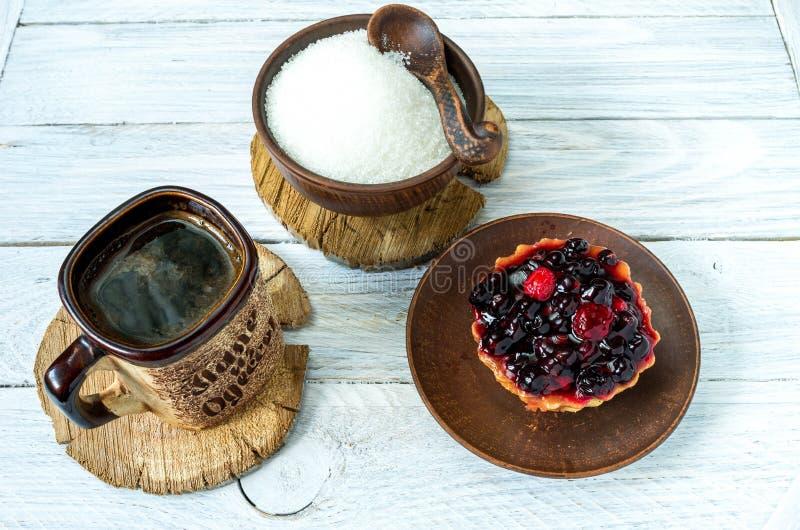 Croissant doux et une cuvette de café à l'arrière-plan Café et bonbons sur la table Fond en bois blanc photos libres de droits