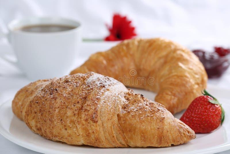 Croissant e café para o café da manhã imagem de stock