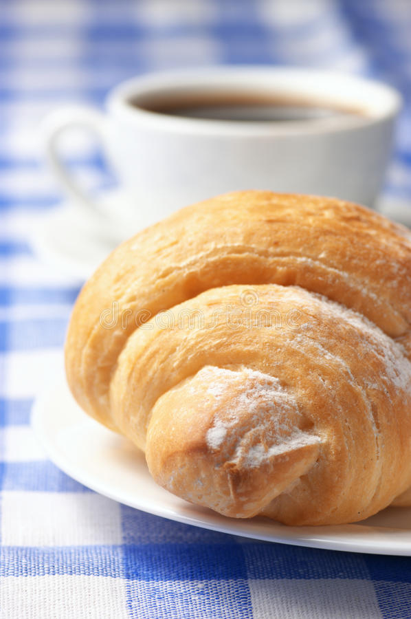 Croissant e café preto foto de stock