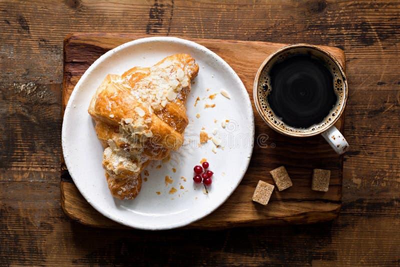 Croissant e chávena de café foto de stock