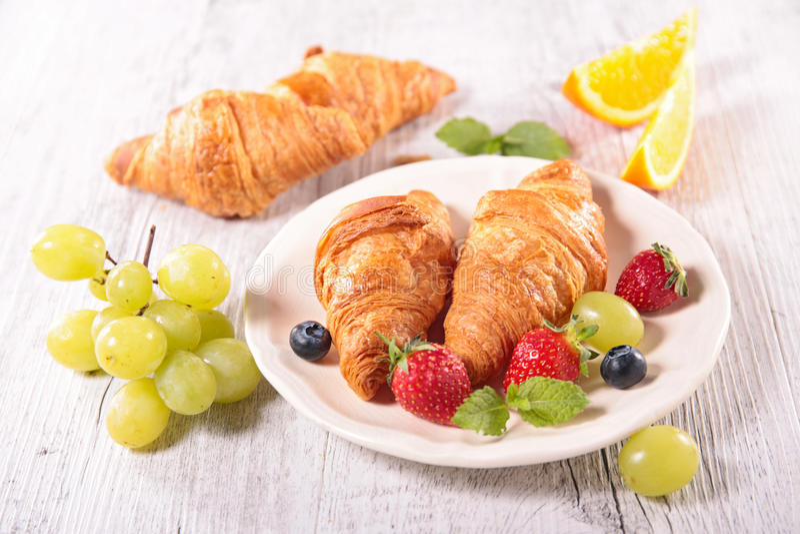 Croissant e frutta fotografia stock