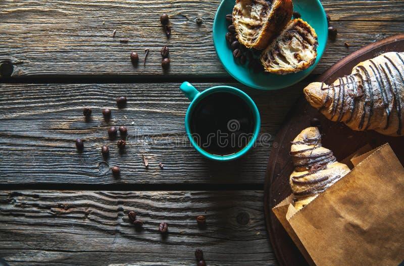 Croissant in een document zak met een kop van koffie Ontbijt, snack, voedsel royalty-vrije stock afbeeldingen