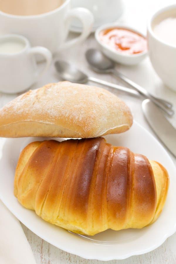 Croissant en brood met koffie stock foto's