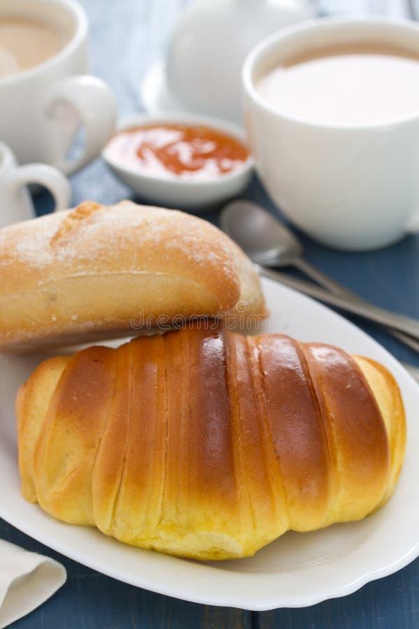 Croissant en brood met koffie royalty-vrije stock afbeeldingen