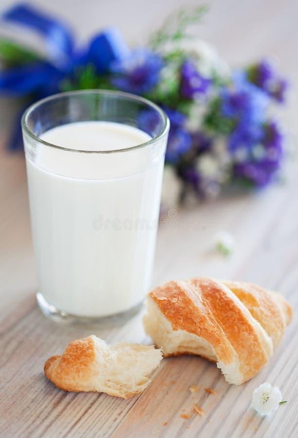 Croissant en glas melk royalty-vrije stock foto