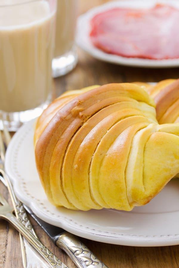 Croissant en glazen koffie met melk stock foto