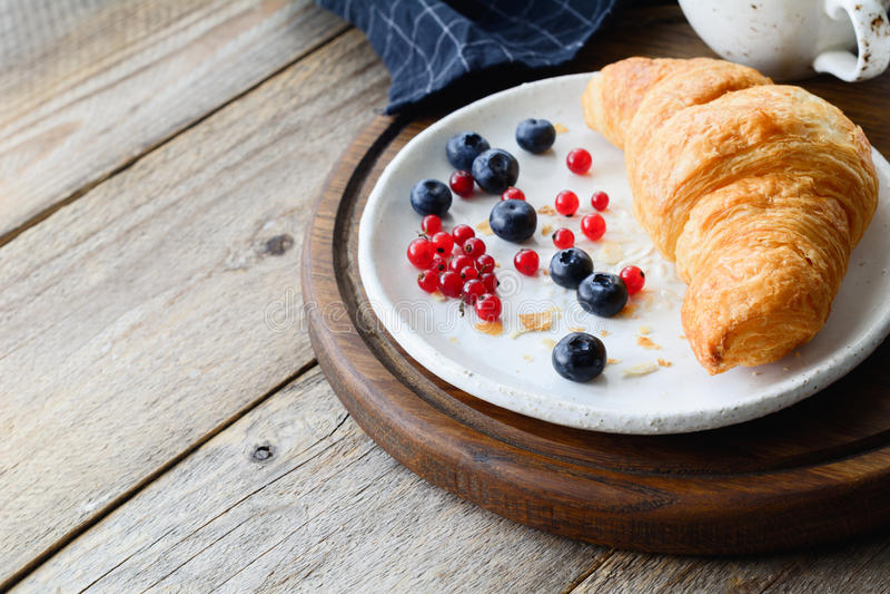 Croissant et baies de petit déjeuner continental images stock