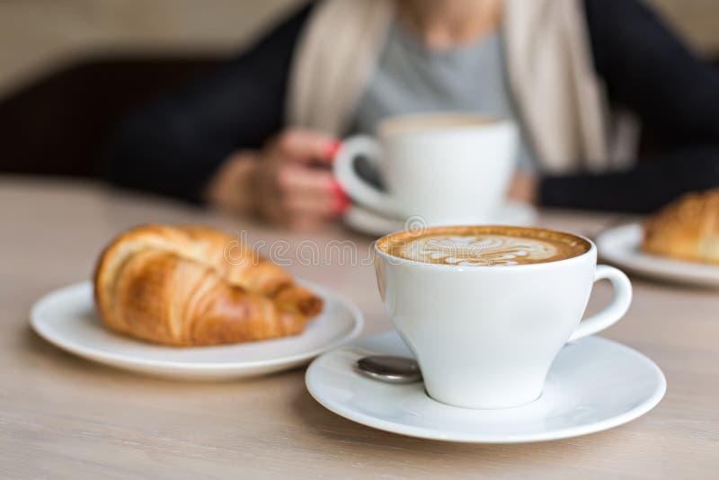 Croissant et café photo stock