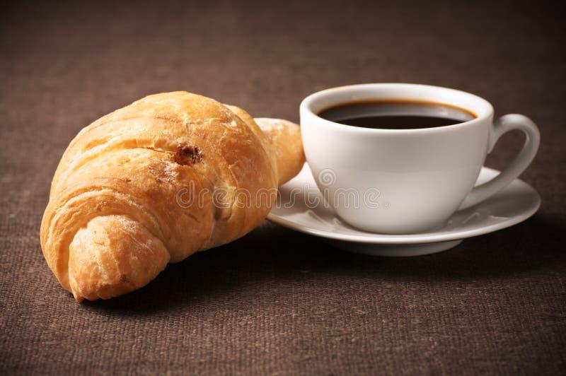 Croissant et café noir photos libres de droits