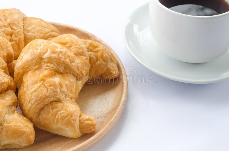 Croissant et café sur le fond blanc image stock