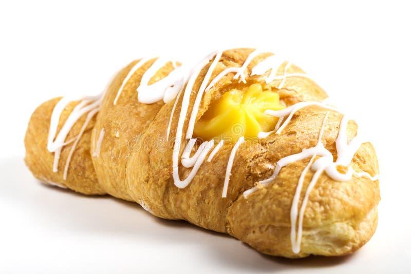 Croissant frais et savoureux avec le foyer sélectif crème sur le fond blanc photos libres de droits