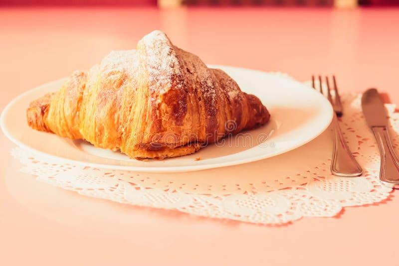 Croissant francese su un piatto immagine stock libera da diritti