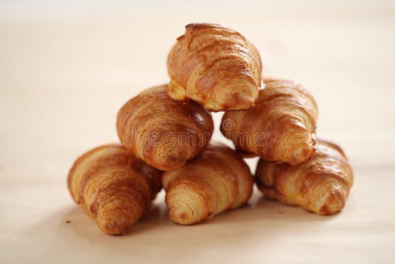 Croissant franceses frescos em uma toalha de mesa foto de stock royalty free