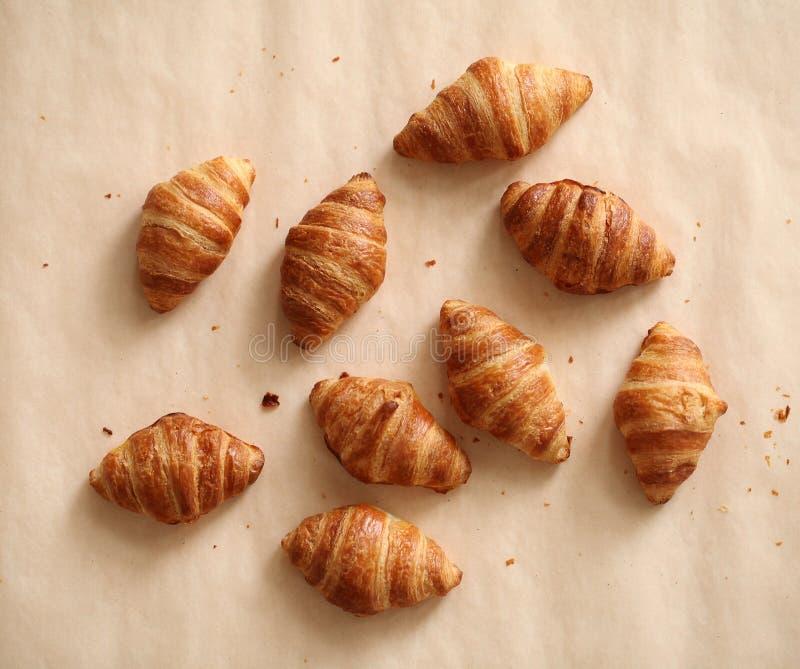 Croissant franceses frescos em uma toalha de mesa fotos de stock