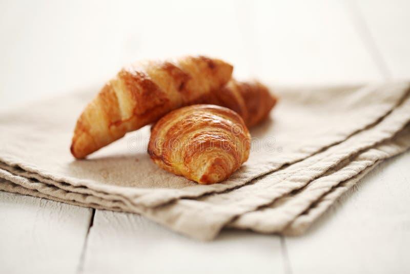 Croissant franceses frescos em uma toalha de mesa imagem de stock
