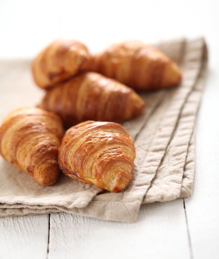 Croissant franceses frescos em uma toalha de mesa imagem de stock royalty free