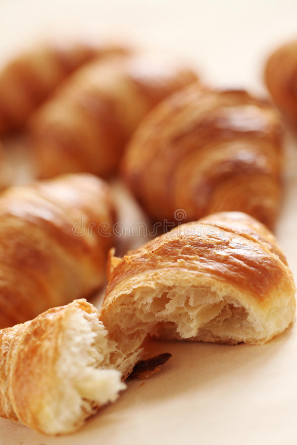 Croissant franceses frescos em uma toalha de mesa imagens de stock