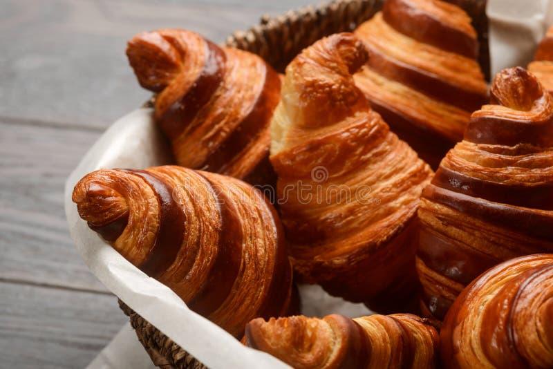 Croissant franceses na cesta de vime imagem de stock