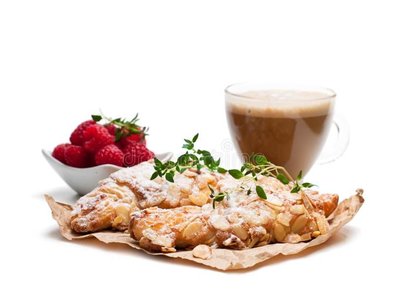 Croissant fresco caseiro da amêndoa com o copo do cappuccino isolado fotos de stock