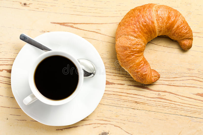 Croissant fresco con caffè immagine stock