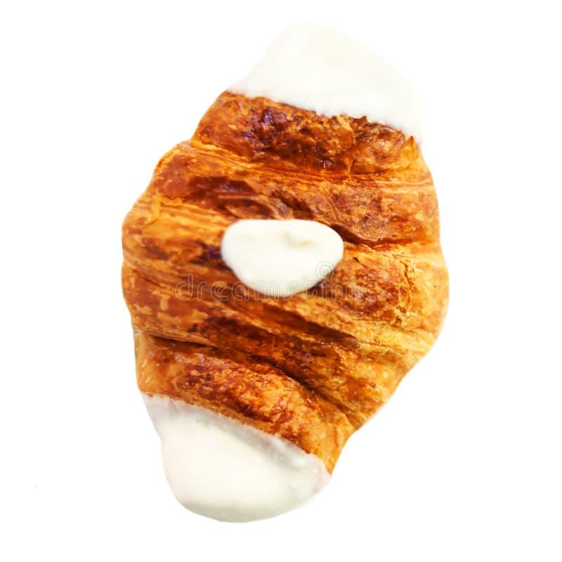 Croissant fresco decorato con cioccolata bianca isolata su un wh immagini stock