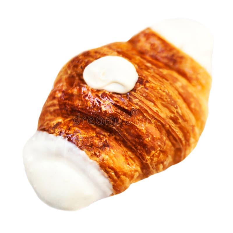 Croissant fresco decorato con cioccolata bianca isolata su un wh immagini stock libere da diritti