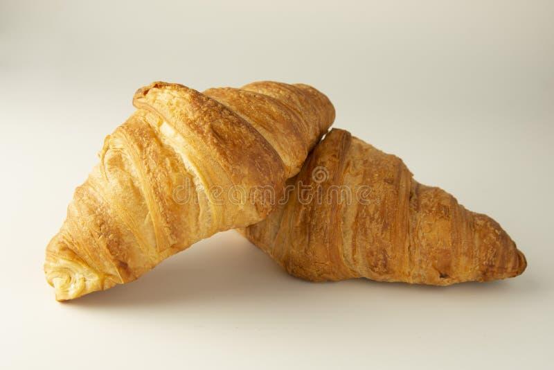 Croissant fresco y sabroso sobre el fondo blanco Aislado, tempalte para la comida de desayuno foto de archivo libre de regalías