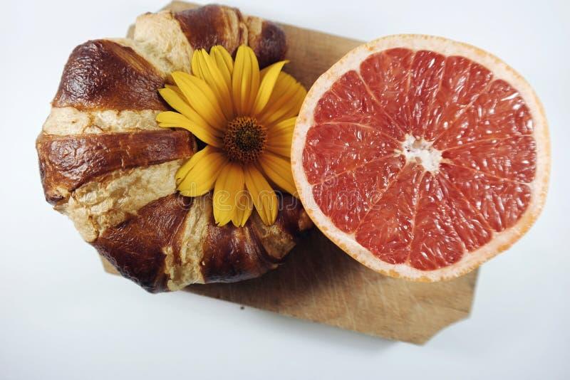 Croissant i grapefruitowy obraz royalty free