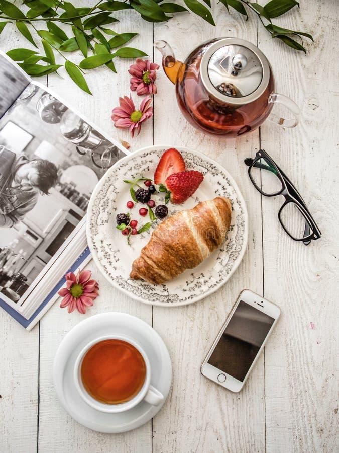 Croissant i herbata zdjęcia royalty free