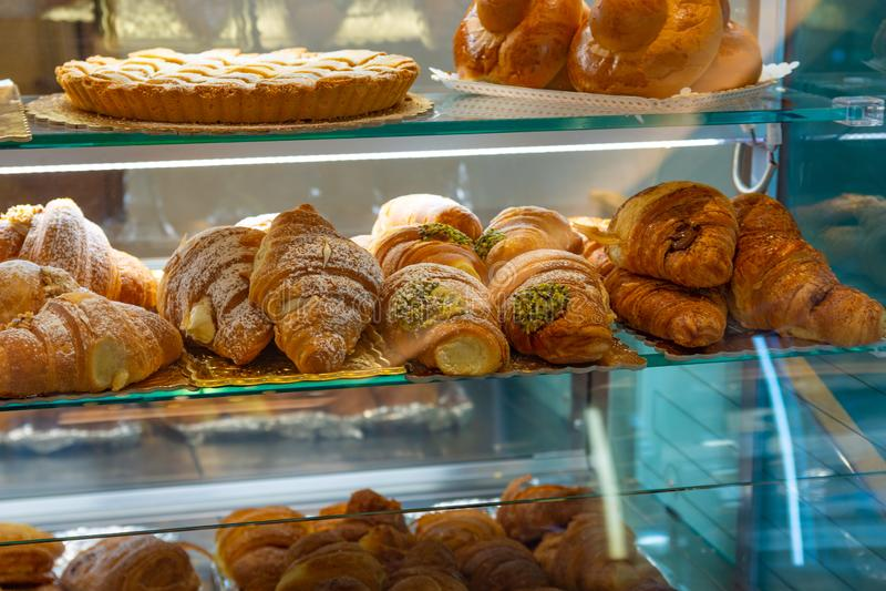 Croissant italianos enchidos com pistache e creme branco foto de stock royalty free