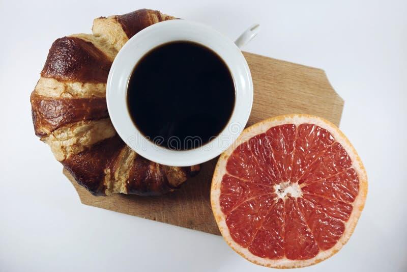 Croissant kawa i grapefruitowy obraz stock