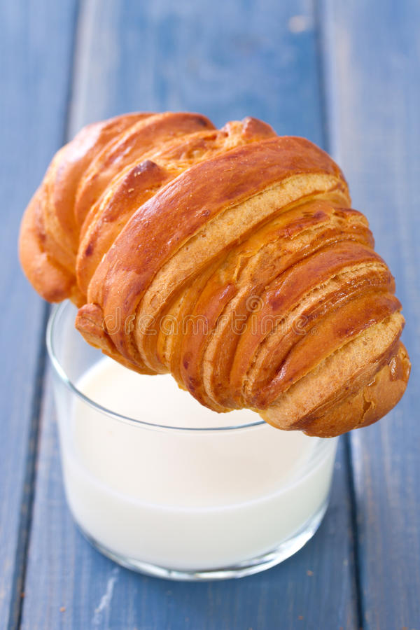 Croissant met glas melk royalty-vrije stock foto's