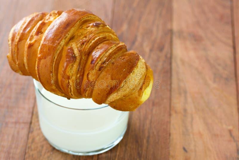 Croissant met glas melk stock foto's