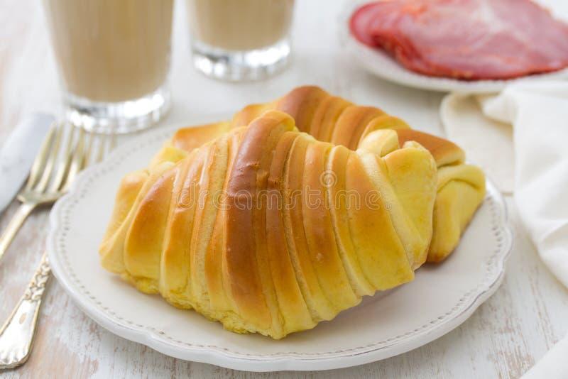 Croissant met ham en glazen koffie royalty-vrije stock fotografie