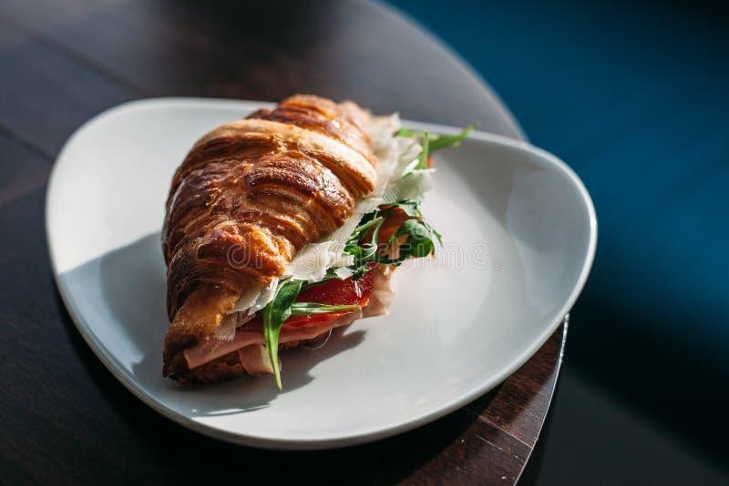 Croissant met Ham en Kaas op een plaat stock fotografie