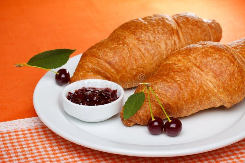 Croissant met kersenjam royalty-vrije stock fotografie