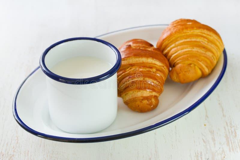 Croissant met kop van melk royalty-vrije stock afbeelding