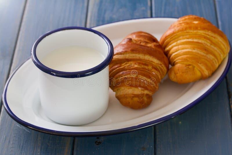 Croissant met kop van melk royalty-vrije stock fotografie
