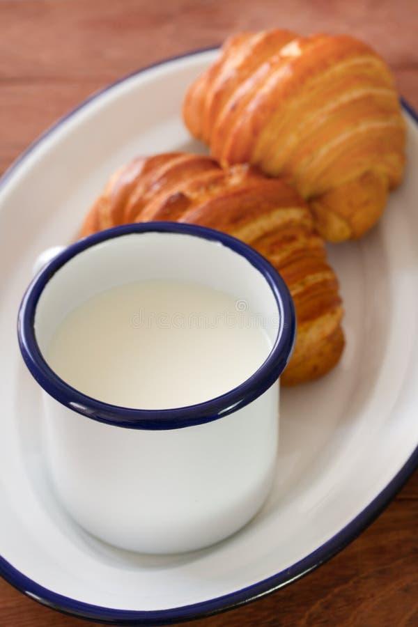 Croissant met kop van melk stock afbeelding